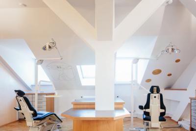 ganzheitliche, systemische Kieferorthopädie München - Schneider - Praxis - Behandlungszimmer